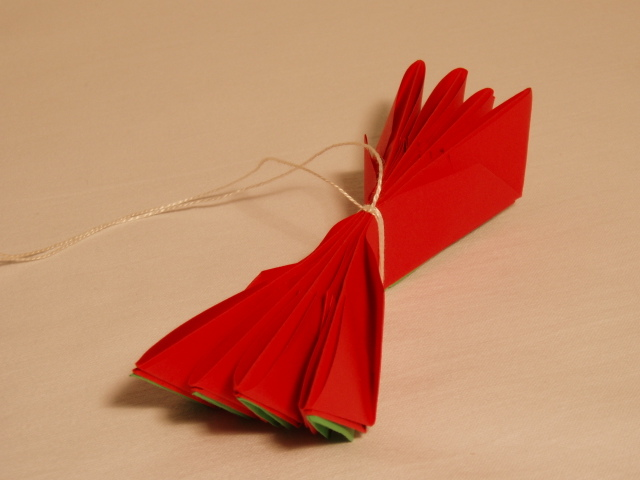 How to make origami lotus flowers photos falun dafa minghui four petals with leaves should be left these four petal leaf clusters are placed next to each other and held together with string at the center see fourth mightylinksfo