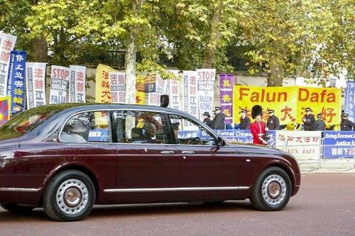 Колата на кралицата и принц Филип мина край банерите на Фалун Гонг около обяд.